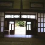 建物内部から玄関方向(内装)